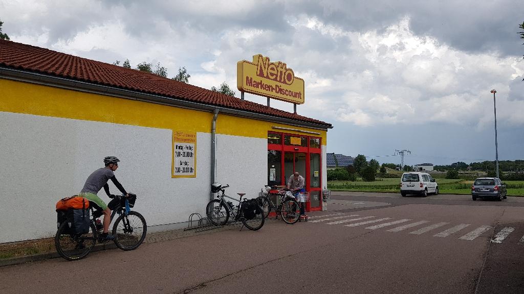 Dag-11-fietsreis-naar-Berlijn-supermarkten-in-Oost-Duitsland