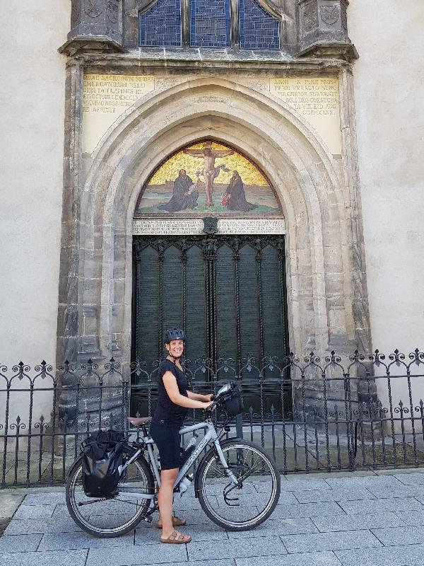 Dag-12-fietsreis-naar-Berlijn-kerkdeur-met-95-stellingen-Maarten-Luther