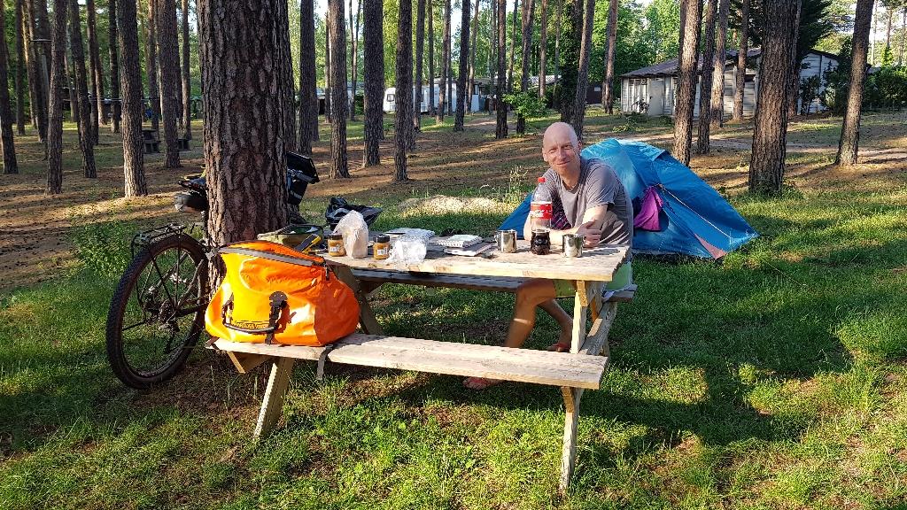 Dag-13-fietsreis-naar-Berlijn-formaliteiten-aan-de-picknicktafel