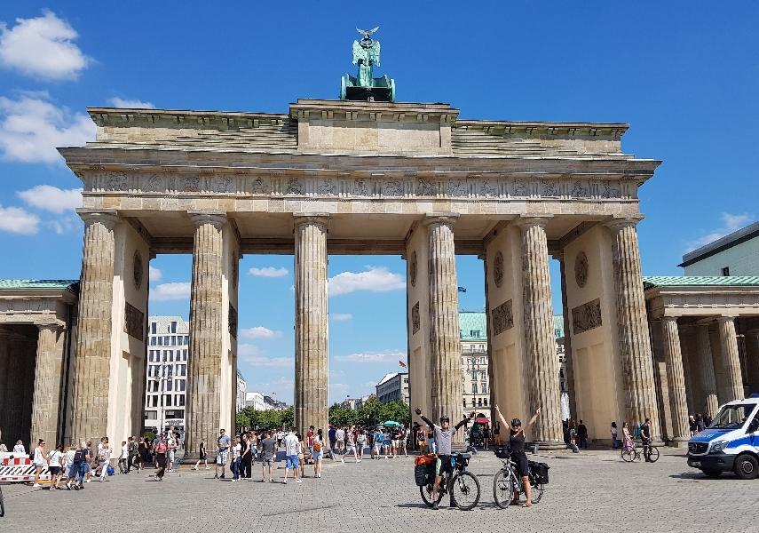 Dag-14-fietsreis-naar-Berlijn-finish-bereikt-Brandenburger-tor