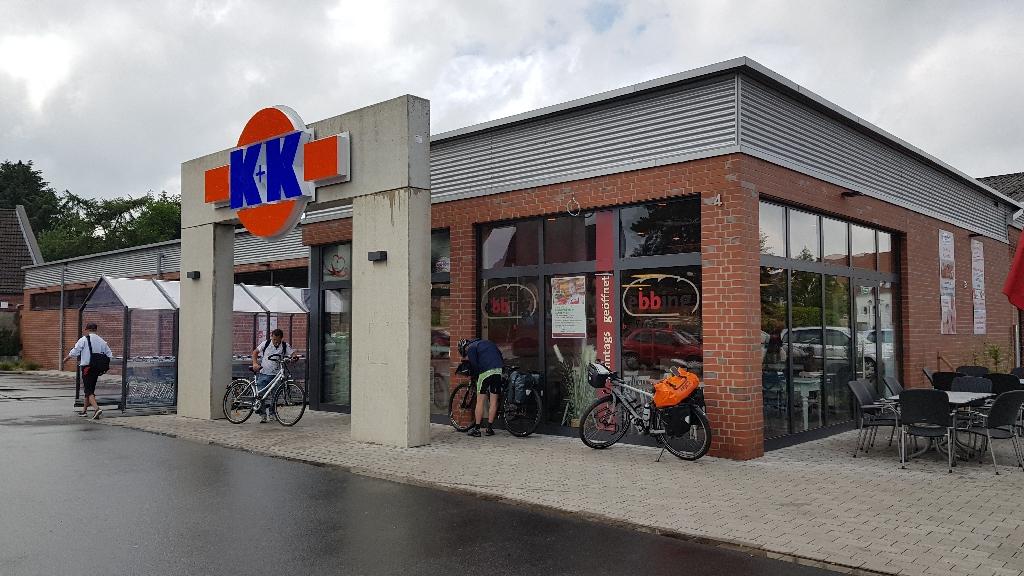 Dag 3 fietsen naar Berlijn, schuilen bij de supermarkt