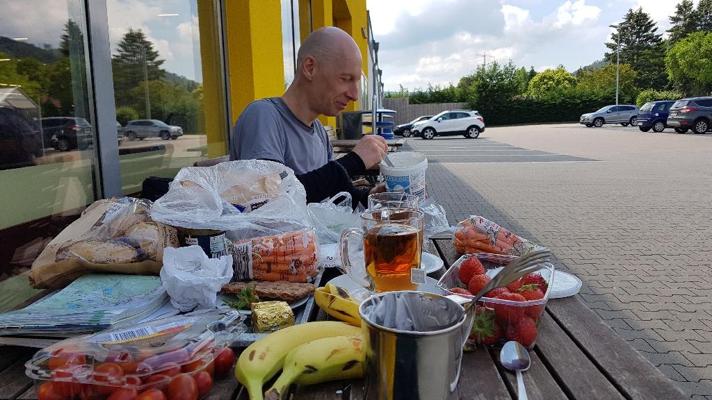 Dag-8-fietsreis-naar-Berlijn-eten-bij-de-supermarkt