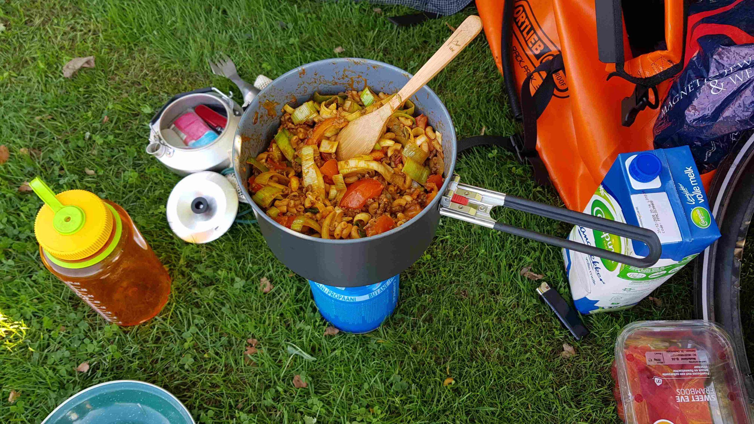 Ronde-van-Nederland-op-de-fiets-kamperen-koken-eenpansgerecht