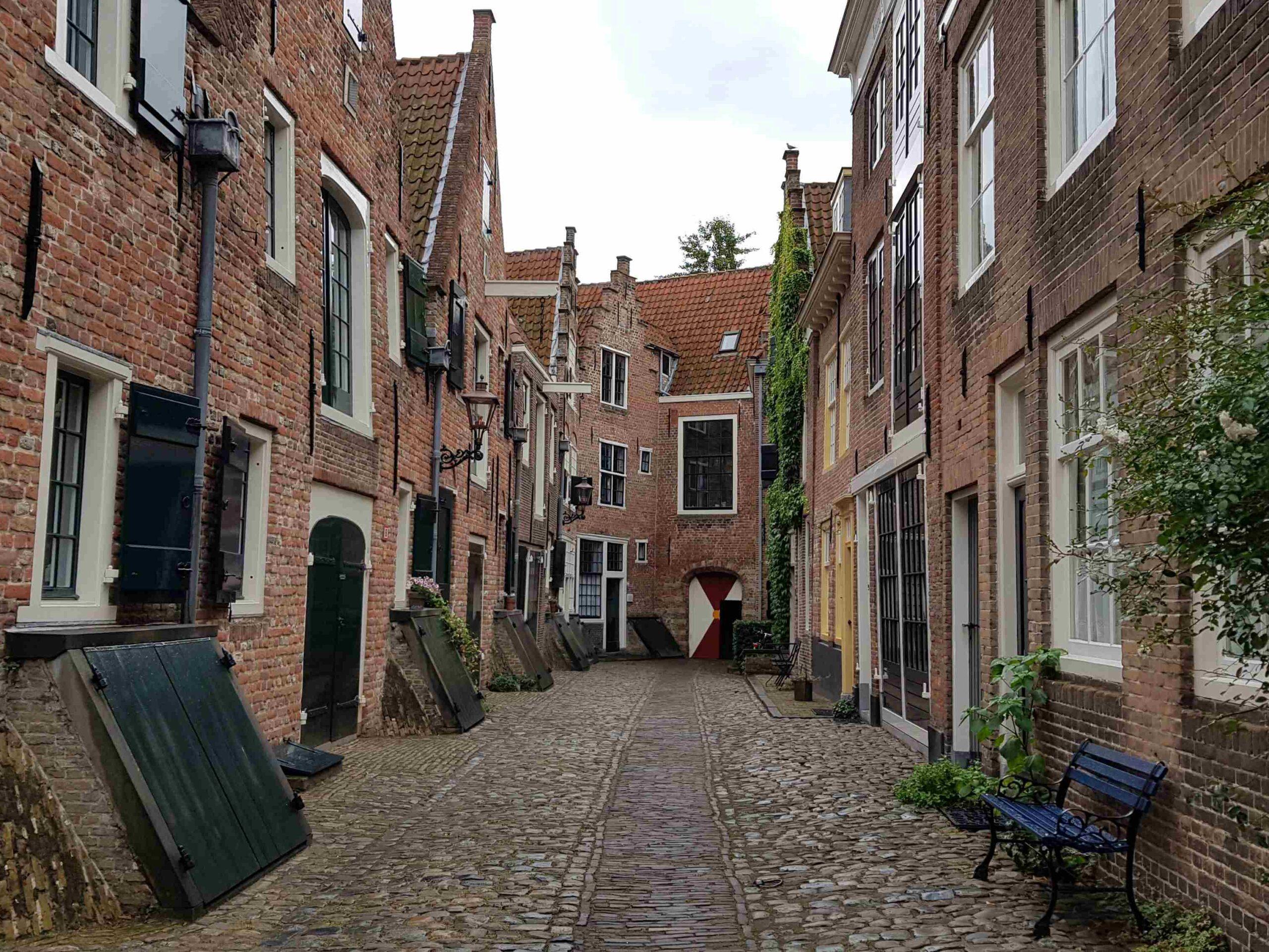 Rondje-Nederland-met-baby-Middelburg-straatjes