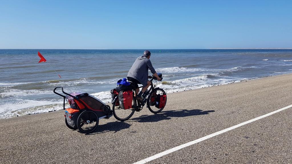 Ronde van Nederland op de fiets met baby Lotje, fietsen langs zee