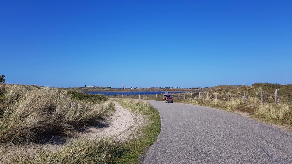 Ronde van Nederland op de fiets met baby Lotje, vuurtoren in zicht