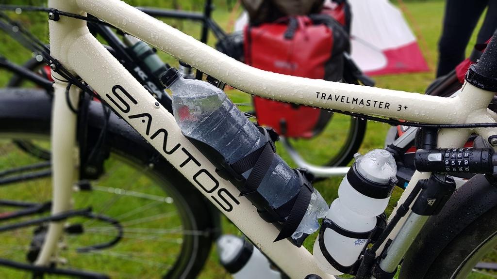 Ronde van Nederland op de fiets met baby Lotje, wachten totdat de regenbui overtrekt