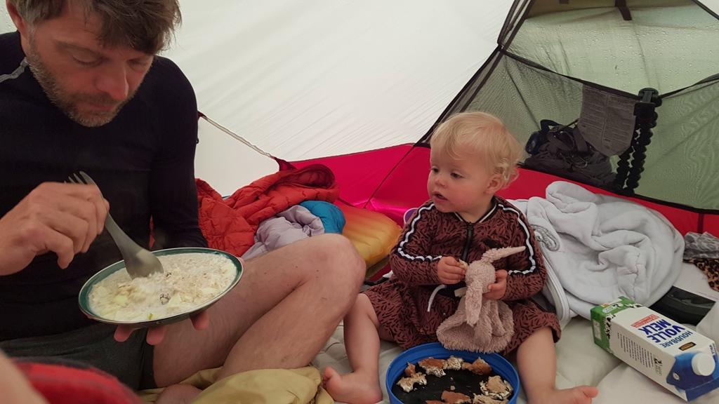 Rondje Nederland ontbijten in de tent, buiten regen